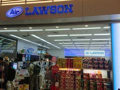 建物に入ってすぐにあるAir LAWSON 海外旅行者対象にお土産物が沢山売っています キットカットが人気なのでしょうか?!