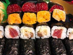 この夢のような巻寿司! 具材でシャリが見えないことってある!?笑  テイクアウトして宿で食べようとしたのですが、待ちきれずに車の中で2巻いただきました。 筋子もウニもおいしい~~~~~!!!! 東京にあったら通います。   空腹もちょっとだけ満たされたので、十和田湖近くにある宿へ向かいます。 今回予約したのは「十和田荘」 価格が安く、それなりに雰囲気がよさそうだったので。  ただ、青森市内から車で向かうにはひたすらの山道で、夜だったのでとにかく真っ暗で怖かったです。 運転される方は気を付けてください。  ただ、空を見ると満天の星空でした!
