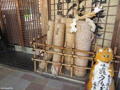 豊川稲荷 うなぎの藤井屋  店頭には手筒花火の筒が並んでいました。
