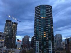 朝早く、目が覚めました。  メイフラワー・パークホテルの11階のお部屋からの眺めです。 ちょっと寒そうな空。