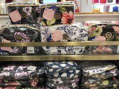セントラルワールド内にて。 タイブランドのNARAYAのお店に入りました。 主人が以前に日本のCAに人気のポーチと言ってお土産でもらってから魅力を感じませんでしたが、かわいいポーチが多くあり印象が変わりました。 TUMIもあり20%オフしていました。