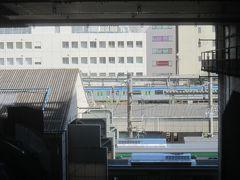 食後、埼玉新都市交通伊奈線(ニューシャトル)のホームへ こちらのホームは新幹線の駅の高架下に造られておりまして、ホームの先端からはこのように在来線の大宮駅の様子が一望できます