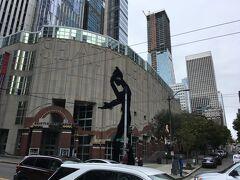 この黒いのっぽさんの彫刻は、ハマリングマンというそうで、シアトル美術館の目印になっているそうです。