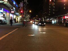 夜のロブソン通り。  この日から、寒さが感じられるようになって、ホテルでも暖房を入れました。