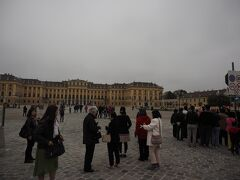 まずはココ。 シェーンブルン宮殿は激混みのようなので Sisiチケットを購入しておきましたが、 朝イチなら列は短いです。  ちなみに優先入場できて、購入時に時間を指定しなくても良いのは、 Sisiチケットのみのようです。