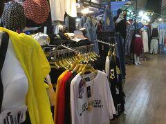 マーケットの前に駅前のショッピングモール、エスプラナーデ内を少しぶらぶら。 きれいながらローカル色が強めで、TシャツやタイパンツもMBKより安かった汗