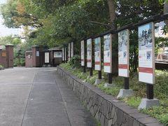 浜松町駅から徒歩1分、入口に向かってパネルが並んでいます。