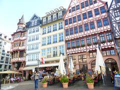 フランクフルトのレーマー広場です。天気も良く人出もあります。