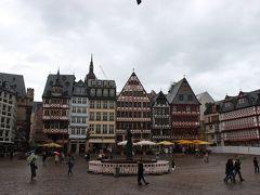 ドイツ到着初日。フランクフルトのレーマー広場までやって来ました。雨が降り出し、寒いし人はいないし店はやっていないし観光気分になりません。後日に期待します。