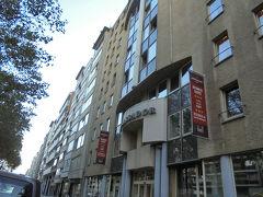 昔むかし、ユダヤ系ベルギー人がダイヤモンド研磨用の円盤を発明したことからここアントワープはダイヤモンド産業で潤いユダヤ人社会も広がっていったそう・・・。街を歩いていてそんなことが実感できました。  そうしているうちにやっと予約してたアンバサダースイーツアントワープに到着。 このホテルはアントワープ中央駅と目的のアールヌーボー建築が建ち並ぶズーレンボルグ・ベルヘム地区のちょうど真ん中ぐらいに位置していたので選びました。ホテルで一旦休憩して、アールヌーボー地区に歩いて行けるかなと。 この玄関のドアを入った所に