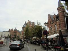 トラム広場 ベルギー鉄道の高架を越えたら急に賑わいを見せました。テラスにもお客さんがいっぱいのカフェから、アールヌーボー通りがはじまりました。