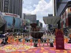 ◆クアラルンプールの中心地、百貨店パビリオン前。 中国の旧正月には赤が基調、イスラム教の断食明け祝日にはグリーン基調とそれぞれのお祝いに応じた姿が見れたので今回も何かあるかなと。行ってみたらの噴水は、存在感があって美しかったです。