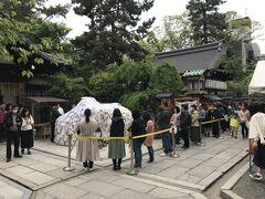 縁切りで有名な安井金比羅宮。たくさんの参拝者が長い列を作っていました。