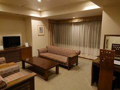 """自然に囲まれた """"ホテル軽井沢"""" に泊りました!  広い敷地内にあるホテルで、部屋までも迷いそう~。 和洋室スイートの部屋です。 マンションのような間取りで沢山部屋(2LDKかな?)がありました。"""