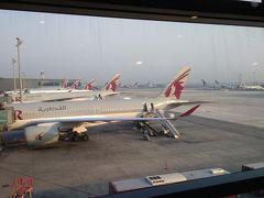 ドーハ・ハマド国際空港です。 ちょっと早めの到着5:50着。 さすがに駐機は、カタールばかりです。