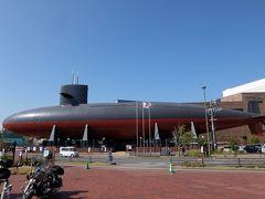 次は目の前の「てつのくじら館」へ。  「海上自衛隊呉資料館(てつのくじら館)」  大きな潜水艦がひときわ目を引きます! 駐車場は大和ミュージアムと共通です。