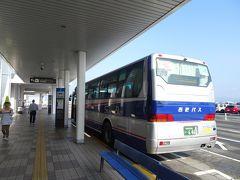 西風が強いとかで長崎空港には10分ほど遅れて到着。 定刻に着けば9:10発の乗合ジャンボタクシー(予約制ですが空席があれば乗れるらしい)に乗れればと目論んでいましたが間に合わず、次の9:55発は満席で予約できなかったので、9:30発の西肥バスで佐世保駅へ(1400円)。乗合ジャンボタクシーは高速道路経由で所要55分なのに対して、バスは下道で所要1時間半。