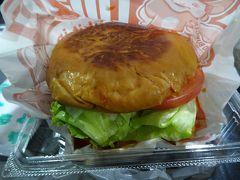 バスの待ち時間に、佐世保駅の「ログキット」で佐世保バーガーを購入。 スペシャルバーガー1058円。