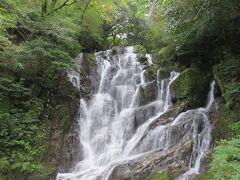 白糸の滝・・・ネーミングのごとく、白い糸連想させる美しい滝  夏場には流しそうめん、今の時期はヤマネ釣り楽しむことができます