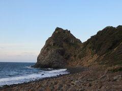 芥屋の大門・・・大戸岬にできた浸食洞  日本最大な玄武岩洞で、遊覧船で見ることもできますが今回は欠航  遊歩道からの眺め堪能しました