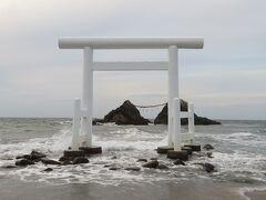 桜井二見ヶ浦・・・しめ縄で結ばれた夫婦岩と白の鳥居がシンボル  「日本の夕日百選」にも選ばれる名勝  近くのビーチまで歩いていくこともでき、波越しに見える自然の癒し感じます