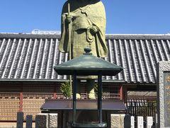 ☆親鸞聖人像☆  親鸞聖人像の後ろに阿弥陀如来千本仏が祀られています。