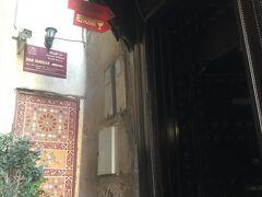門から少し行ったところにあるダール・アネバルが今夜の宿(写真は翌朝撮ったもの)。