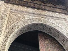 そしてカラウィンモスクに着いたら着いたで、「ここモスクね」と言ったらさっさとフェズ刺繍の店に入らせる。 いやいや、そりゃカラウィンモスクはイスラム教徒しか入れないけどさー、頼んでもない店にしれっと入らせるのやめてくれよ。