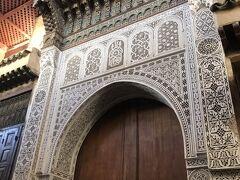 もちろんブージュルード門にも行きたかったんだけど、私たちは11:00にフェズを発たなくてはいけなくて、そこまで行く時間がなさそう……無念。  ザウィア・ムーレイ・イドリス廟はイスラム教徒以外入れないため、外観だけ拝みます。 ちらっとでも中を覗きたかったんだけど、そもそも扉が閉まっていた……