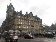 お宿の方へ戻ってきましたよ。途中、そびえ立つバルモラルホテル。お城みたーい。エジンバラって感じ!