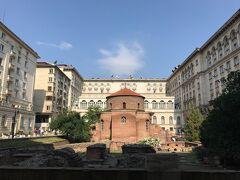 聖ゲオルキ教会 周りを囲む建物はホテル シェラトン。