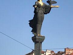 中心のセルディカ広場にある像。