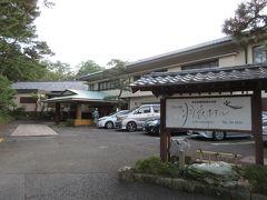 この日の宿、羽衣ホテルへ。 三保の松原にある神の道入口に建つ老舗日本旅館です。かつては長嶋茂雄や石原裕次郎も宿泊したそうです。