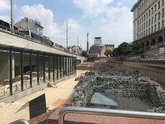 セルディカ遺跡 地下鉄の工事をしていたら出てきた遺跡だそうで地下鉄駅内にそのまま残されています。