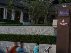 宿泊ホテルの日本食レストラン「Kiko」の仲居さん。ちゃんと着物を着ていますが、日本女性のように歩けるかな。