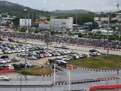 ついに帰る日が来ました、プーケット国際ターミナルビルから駐車場を見るとおびただしいバイクの数に驚きます。国内線と連絡道が出来るはずですが、一向に完成しません驚きます。