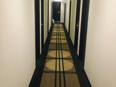 お泊まりはアパホテル小伝馬町駅前です。 荷物を持ってチェックイン。 廊下を歩くと