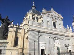 朝ご飯の後はアルムデーナ大聖堂に行きました。