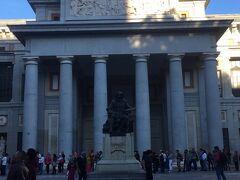 プラド美術館到着。  18:00から無料なのでちょっと前に着いたのですが長蛇の列。