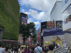無事仁川空港につき、 今回はリムジンバスでホテル前まで。 ホテルはティーマークホテル明洞 リムジンバスの停留所が目の前にあり 便利な立地でした  チェックインして明洞にやってきました。 10月3日は韓国の祝日で 平日なのに人がたくさんいて賑わっていました