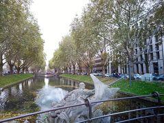 全然うまく撮れてなくてヘコみますが(+_+) ここが世界一美しい並木道、「ケーニヒスアレー(Konigsallee)」 手前に写ってるブロンズ像はギリシャ神話の神トリトン像(Tritonenbrunnen)