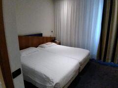 ホテル到着は15時過ぎ。 部屋は裏の線路側です。 まあ、普通です。