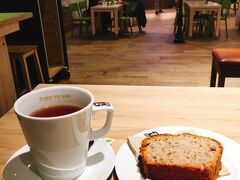 今日の晩ご飯は、駅のフードコートのカフェで。  紅茶のマグが、日本の2倍くらいの大きさ! あったまる~~