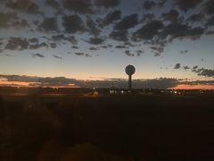 シドニー時間 6:10 (日本時間 5:10) シドニー国際空港(SYD) 第1ターミナルに到着  気温は10℃とのこと。 (35℃の真夏から一気に涼しく) トレーナーを着ます。