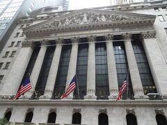 かの、ニューヨーク証券取引所です。 思わず見上げて、スマフォーのニューヨークダウを見てしまう。 (変わらないか!) シニアの老後、宜しくお願いします?なんてね。