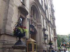 幸いにも雨が止んでます。 ぶらぶらと歩き着いた場所は・・そうダコタ・アパートです。 ジョン・レノンとオノヨーコがニューヨークで暮らしていた、高級住宅です。