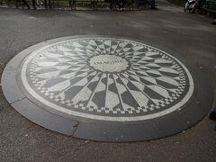 セントラルパーク ストロベリーフィールズ! ジョン・レノン死後オノヨーコと当時の市長によって捧げられたモザイクです。