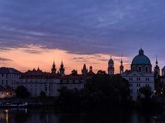 とうとう最終日です!今日でプラハともお別れ。 6時に起きて、またカレル橋にやってきました。雲が多く朝焼けは今一つ。