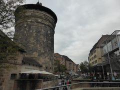 駅前から、城を目指して歩きます。 旧市街の入口にケーニッヒ門があるということですが、門の形はありません。フラウエントゥーム(聖母塔?)が出迎えてくれます。