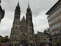 ケーニッヒ通りをそのまま進むと聖ローレンツ教会がそびえています。画面右側が駅方面です。